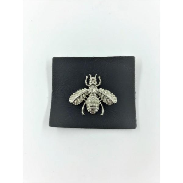 Skórka skóropodobna z metalową pszczółką